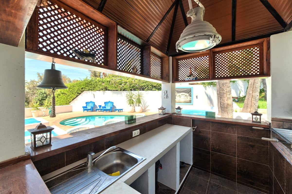 12_bar_and_outside_kitchen_pool_area