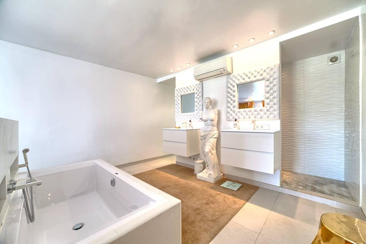 21_master_bathroom